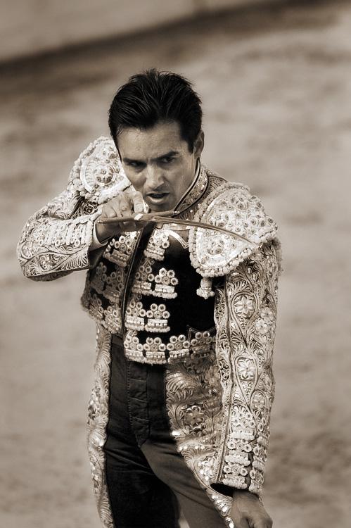 Cesar castaneda citing, espada, matador de toros, tijuana, baja, bullfight