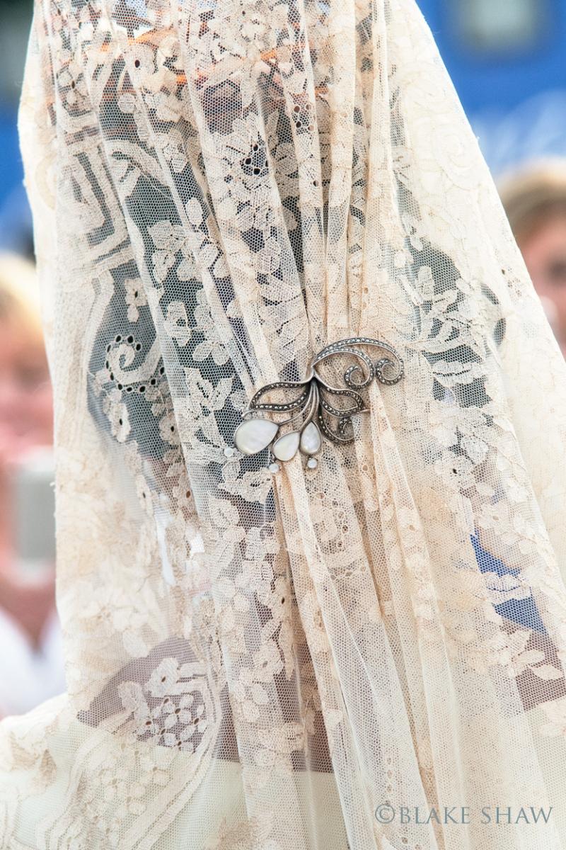 Mantilla brooch